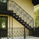 Фасад дома с практичной лестницей