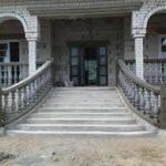 Фасад дома с современной лестницей