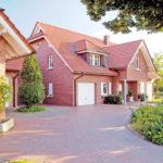 Фасад дома, выполенный в розовом цвете