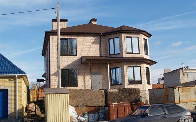 Фасад красивого дома бежевого цвета