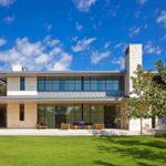 Фасад красивого здания, оформленный с помощью голубых панелей