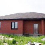 Фасад, оформленный в бордовом цвете