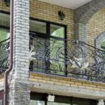 Фасад с богатым кованым балконом