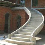 Фасад с изогнутой лестницей