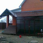 Фасад с навесом с трехскатной крышей