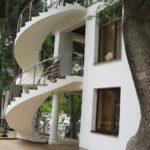 Фасад с винотовой лестницей
