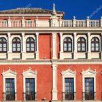 Фасад здания в оранжевом цвете
