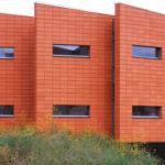 Глиняные красные панели для фасада
