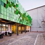 Использование зеленых фасадных панелей