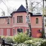Как выглядит розовый фасад