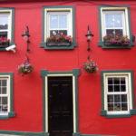 Красивый бордовый цвет фасада
