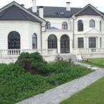 Красивый дом с белым фасадом