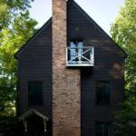 Красивый дом с черным фасадом