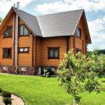 Красивый фасад с трехскатной практичной крышей