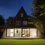 Красивый и стильный фасад дома треугольной формы