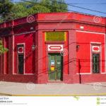 Красный фасад здания