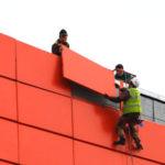Монтаж фасадных панелей красного цвета