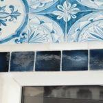 Небольшая плитка голубого цвета для фасада дома