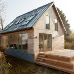 Небольшой дом с фасадом с большими окнами