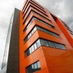 Недорогой фасад с применением панелей оранжевого цвета