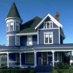 Необычный фасад, созданный с помощью голубой плитки