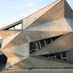 Необычный треугольный фасад