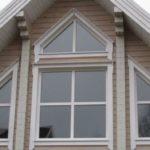 Несколько треугольных окон фасада