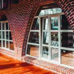 Облик фасада с треугольными окнами