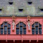 Оформление фасада красного дома