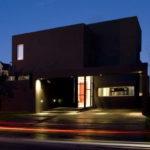 Оригинальный черный фасад с применением панелей