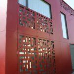 Оригинальный дизайн панелей для обустройства фасада в красном цвете