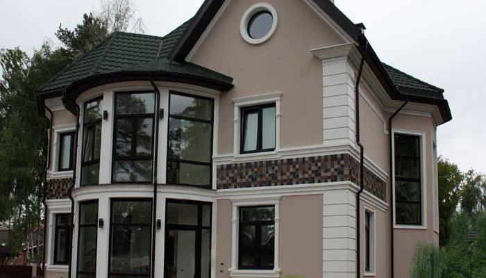 Оригинальный фасад с маленькими окнами
