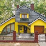 Оригинальный фасад желтого цвета