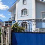 Оригинальный и красивый голубой фасад