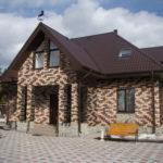 Оригинальный коричневый фасад дома