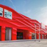 Оригинальный вариант фасада на основе панелей красного цвета