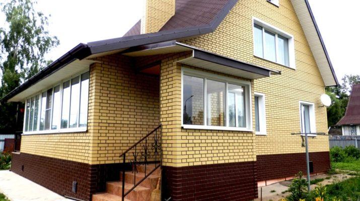 Панели для фасада коричневого цвета под камень