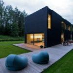 Практичные панели черного цвета для фасада