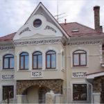 Практичный фасад с крулыми окнами
