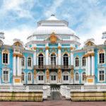 Практичный фасад выполненный с помощью голубых панелей