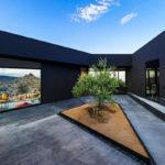 Пример красивого фасада черного цвета из панелей