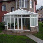 Пример применения трехскатной крыши для обустройства фасада