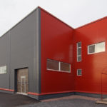 Пример современного фасада красного цвета на основе панелей