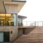 Пример современного фасада с лестницей