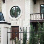 Пример современного фасала с маленькими круглыми окнами