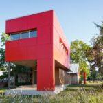 Пример стильного красного фасада