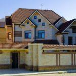 Привлекательный фасад дом на основе плитки бежевого цвета