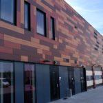 Разные оттенки красных панелей для фасада