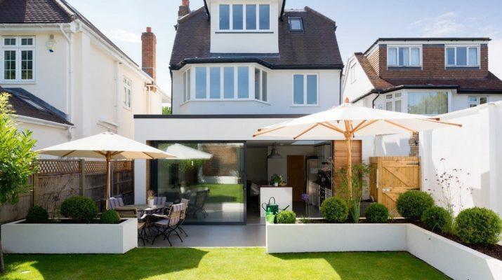 Шикарный дом с белым фасадом
