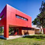 Современный дом с красным фасадом